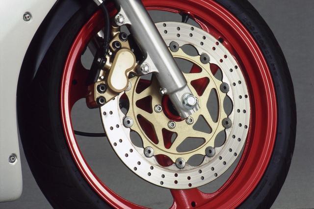 画像: 前後ブレーキは1KTから継続され、フロントは320㎜と大径なフローティングディスクに対向式4ピストンキャリパーを組み合わせる。