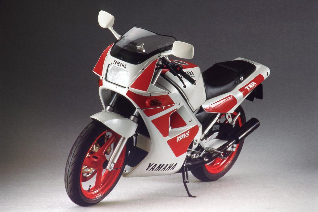 画像: 1988 TZR250/2XT1 1988年モデルとして1988年3月に登場した第1世代の後期型。原動機型式はこれまでと同じ1KTだが、機種コードNo.は2XT1とされる。従来型をベースに徹底的に熟成を図ったモデルといえ、外観はほとんど変わらないが内部は大きく異なっている。1986年10月に最大のライバルとなったNSR250Rをホンダがリリース、それに対抗するために1KTの戦闘力を大きく向上、そうして誕生したのが2XT1といえる。