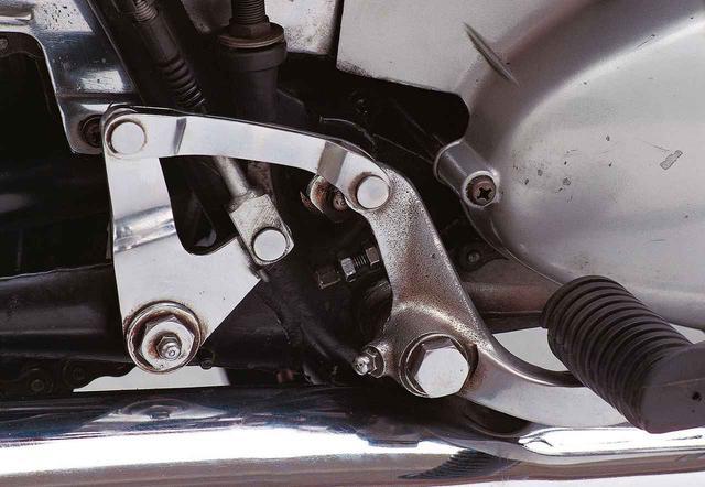 画像: リンク式のブレーキングシステムは、効き方につかみどころがないとも評価され、ブレーキワイヤなどの品質に工夫がこらされていたという。DS5Eもほぼ同一のシステムだが、各パーツの支点などが新しくされて、効力を増している。