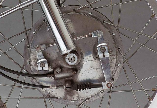 画像: フロントブレーキは初期型と後期型ではワイヤそのものが異なり、後者はDS5Eと同じアジャストボルト+ロックナット方式だが、前者はS2と同様のアジャストナットを回転させる方式である。