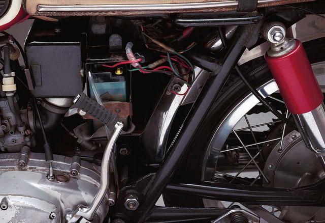 画像: 左サイドカバーを外すとエアクリーナーケース、バッテリー、ツールボックスの中に配置されていることがわかる。