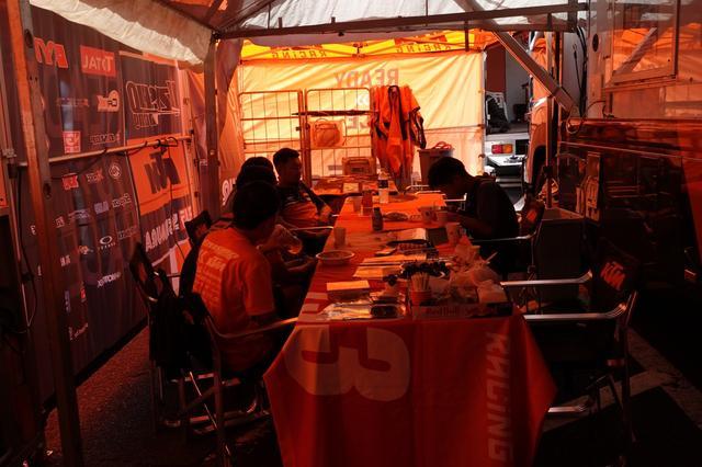 画像: トラックの横にはテントを張って、食事スペースに。