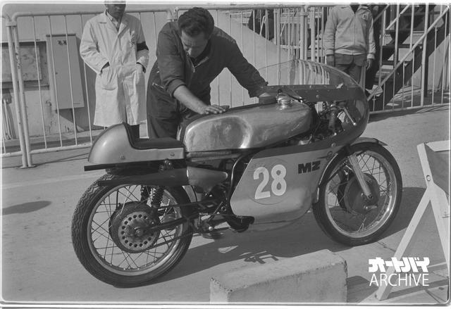 画像: MZのマシンはロータリーディスクバルブを採用する2スト水冷ツインを搭載。ライダーは当時MVアグスタのエースだったヘイルウッドで、MVアグスタが注力する500ccクラスが日本GPで開催されないためMZで参戦。250ccは不調で5位に終わるが、350ccはレッドマンに次ぐ2位。そのマシンはフルスケールの350ccでなく、250ccの排気量をほんの数ccだけアップしたもの。