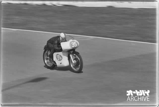 画像: 練習走行中のドゥドゥシグ。この後に転倒を喫して肩を骨折し、ついに決勝を走ることなく終わる。マシンは大きなカウルを装着していて分かりにくいが、やはり4スト単気筒エンジンを積んだイギリスの市販レーサー・AJS7R。