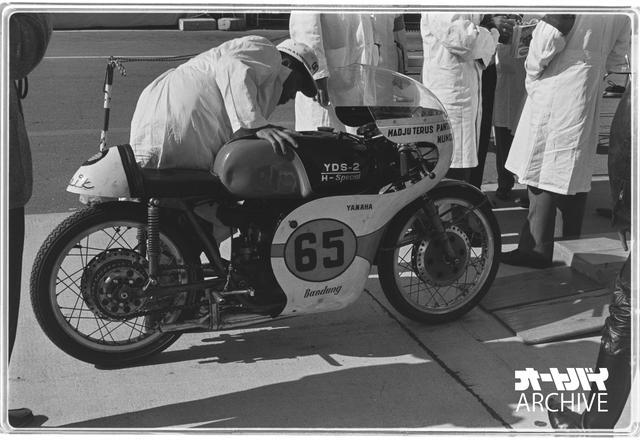 画像: インドネシア勢は250ccクラスにも1人、サルシトというライダーが鈴鹿を走っている。これはサルシトのマシンで、タンクにはYDS-2とあるがヤマハの市販レーサーTD-1。ちなみに予選は3分10秒9で最下位、決勝は1周でリタイア。