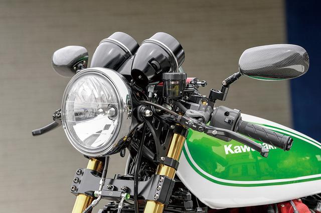 画像: ヘッドライトはレイブリックLEDでセパレートハンドルやステム(フォークオフセット[純正60→]30mm)、ライトステーは同店オリジナルのMccoyブランドパーツにラインナップされるものだ。
