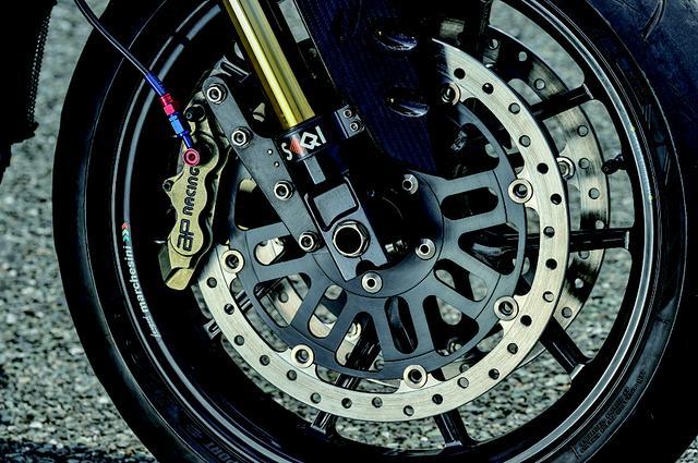 画像: フロントディスクローターはプラスμによるワンオフ品に換装。ブレーキパッドなども変えてタッチもより良化する。こうした組み合わせ等は平田さんの経験に依るところが大だ。
