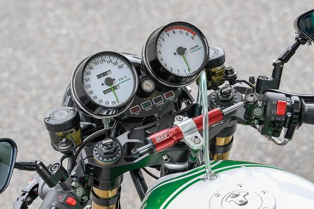 画像: メーターは車体に合わせたホワイトパネル+グリーン指針。左右マスターはブレンボラジアル。ミラーはマジカルレーシング製カーボン。