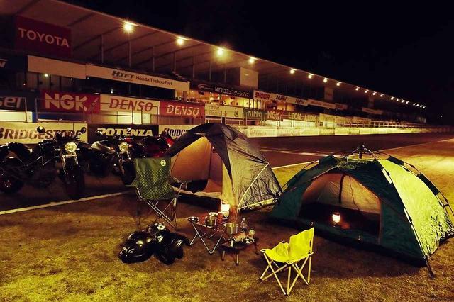 画像: これが「ル・マン式キャンプ」だそうです。ホントにメインストレートの横にテント張ってる…