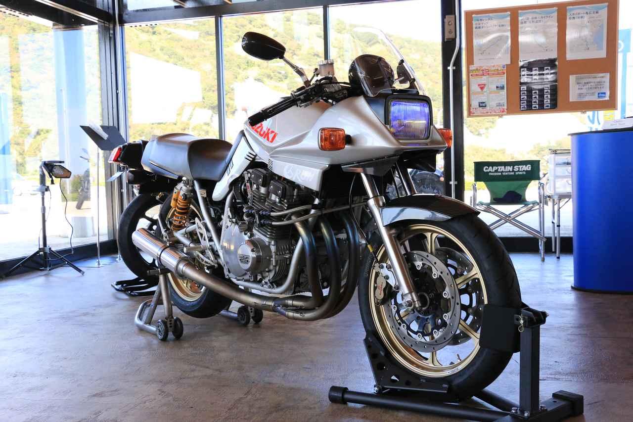画像: テクニカルガレージRUNが、映画『キリン』(2011年公開)の劇中使用車として製作を依頼されたのが、このカタナ。バイクに対して素人の役者が演技をする上で無理なく触れられること、特別なことなく誰でも普通に乗れること、がテーマだったそうです。ベースとしたのは、正式に国内発売が始まった1994年型のGSX1100S KATANA(SR)。