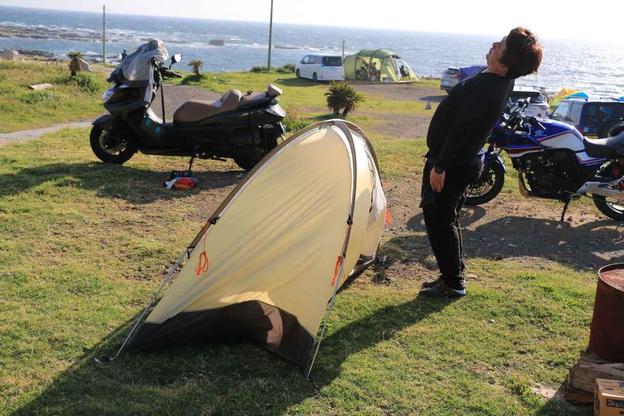 画像: テントの張り方をミスると、風でぐね~~んとなっちゃいました。