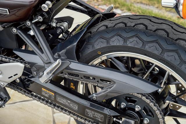 画像: PMCローダウンリンクプレートを左後ろから見たところ。タイヤはダンロップのTT100GPラジアルを選択。120/70ZR17・180/55ZR17サイズ。