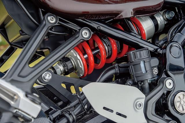 画像: リアショックはPMC扱いのYSS製。ショック後ろのリンクプレートはPMCローダウンリンクプレートに変更して20mmローダウンしている。