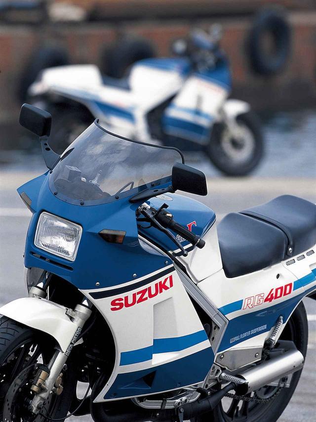画像: 初期型の青╳白モデル。500にはアンダーカウルが装着されているが、400は標準状態ではアンダーカウルなしでオプション設定。ウォルターウルフカラーも400と500ではグラフィックが異なっている。