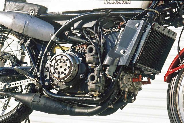 画像: RD05を基に、シリンダー挟み角を90度から70度に縮小するとともに水冷化したエンジンは、RA97(ヤマハ初の水冷エンジン。並列2気筒)のシリンダーから上を2基分、70度の挟み角を持たせて積み重ねたとも形容できる。同じ2軸クランクのV型4気筒ながら、後年のYZR500(V型4気筒初代は1982年型0W61)とはクランクからの出力取り出し方式が異なり、RD05/05Aは各クランク軸のセンターにギアを設け、そこからプライマリードライブギアに出力を伝達するプライマリーシャフトを持つ5軸構成(ミッションの2本を加算)である。RD48の35ps以上/RD56の50ps以上に対して、RD05Aの最高出力は73ps以上であり、短期間の急増ぶりに驚かされる。