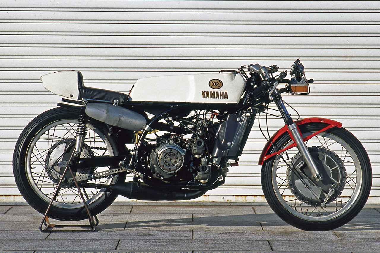 画像: 1960年代のヤマハの250㏄工場レーサーには、1961年5月の世界選手権第3戦フランスが初GPとなったRD48、1962年11月第1回全日本選手権ロードレース(鈴鹿)に初登場のRD56、1965年9月にイタリアのモンツァで行われたネイションズGPで衝撃デビューを果たしたRD05、そしてRD05の後継車として1966年に実戦投入されたRD05Aの4機種が存在した。写真は、1967年に製造され、68年の世界GPタイトルを獲得したフィル・リードのマシーン。
