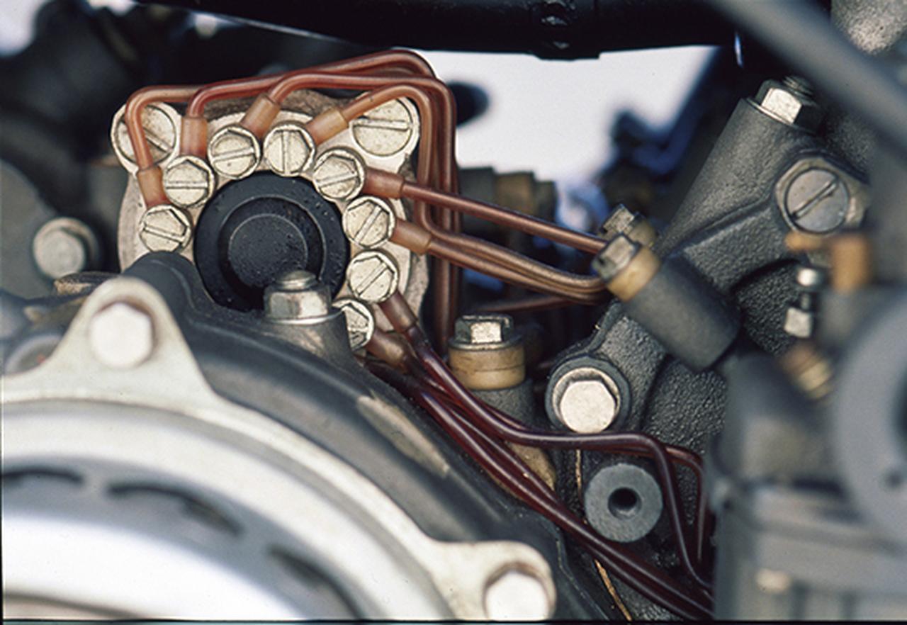 画像: ストリートモデルのオートルーブと同様、ポンプを用いて潤滑油を圧送。とはいえ燃料は生ガスではなく混合ガソリンであり、併用する必要があったことがわかる。
