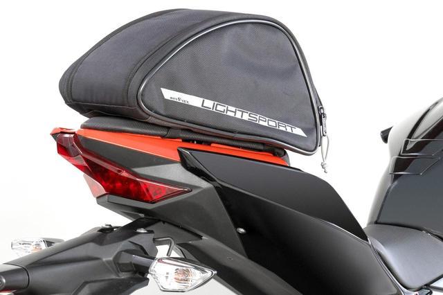 画像: リアシートが小さいスポーツモデルにも装着できる! コスパ良好なTANAXの「ライトスポルトシートバッグ」が新登場 - webオートバイ