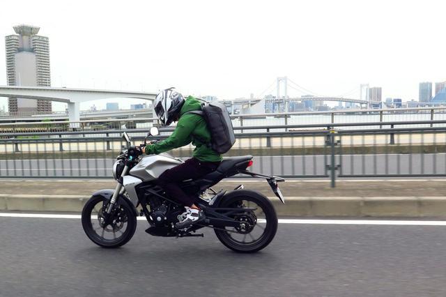 画像1: バイクに乗るとき、手軽なのは……