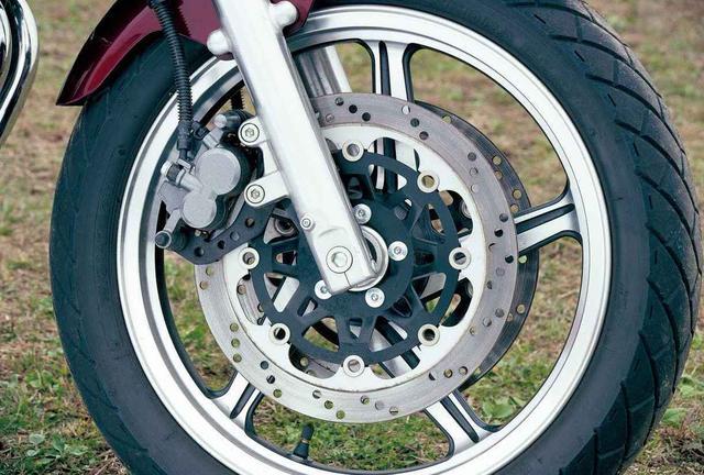 画像: Φ39㎜正立フォークに17インチ5本スポークキャストホイールを装着。ブレーキは片押し2ポットキャリパーにΦ300㎜ローターの組み合わせ。
