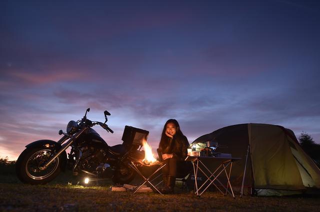 画像: 収入の大半をキャンプとツーリング関連に費やしてしまう流浪のキャンパー。愛車の「クイーンちゃん」(ドラッグスター400クラシック)とともに全国を旅しつつ、月刊オートバイの誌面にちょいちょい顔を出している。いまは「モタードも欲しい!」と増車物件探し中。それより壊れたミラー、はよ直しなはれ。(写真:関野 温)