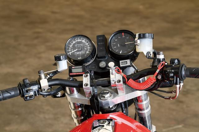 画像: タコメーターはスタック製。ヨシムラのデジテンも装着。ブレーキマスターはNISSIN、油圧化したクラッチ側はゲイルスピード。ライダーが振り落とされた時に機能するテザーキルスイッチも付く。