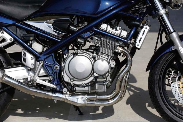 画像: GSX-R250用水冷エンジンがベースだが、ネイキッドに搭載されることを意識しシリンダーにはフィンが追加されている。写真のスタンダード仕様も、可変バルタイ機構付きの250Vも、当時の自主規制により最高出力自体は同じ。