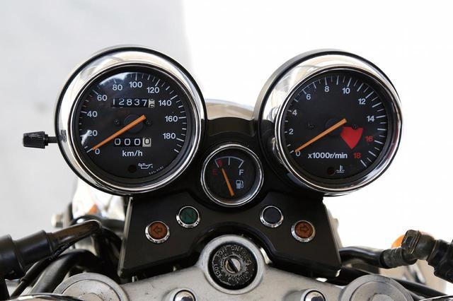 画像: オーソドックスなデザインのアナログ2連メーター。スピードメーターは180km/hスケール、タコメーターは1万6000回転スケールだ。センターに独立したアナログ燃料計が付いているのは2代目モデルのみ。