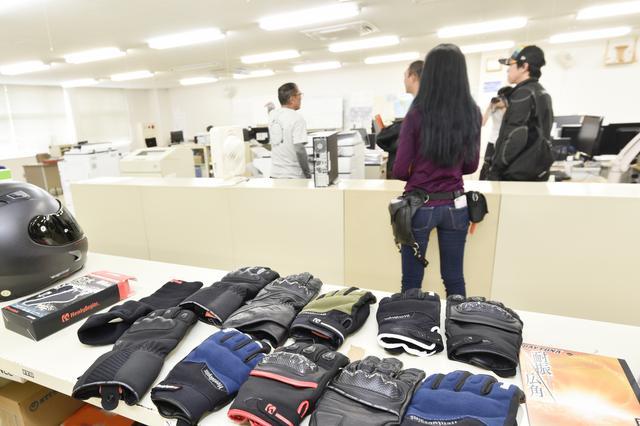 画像: 商品を実際に手に取って確認できるスペース。お問い合わせが来た時に便利なんだそうです。