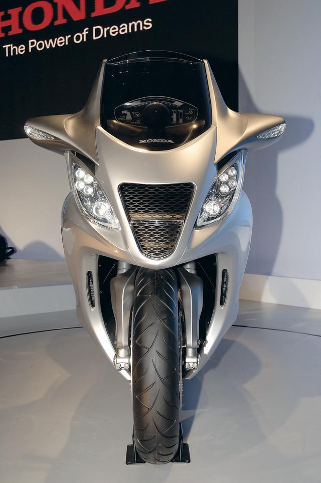 画像: フロントビューは、まさにスポーツバイクそのもの。ビルトイン式ミラーと、ミラー一体型ウィンカーなどは今ではすでに常識だ。