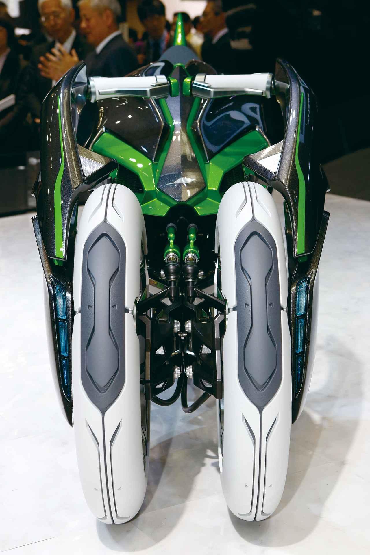 画像: 前2輪は「アタック」モードでオートバイ的に幅を狭め、「アップライト」モードで3輪となり、ポジションも起き上がってくる。