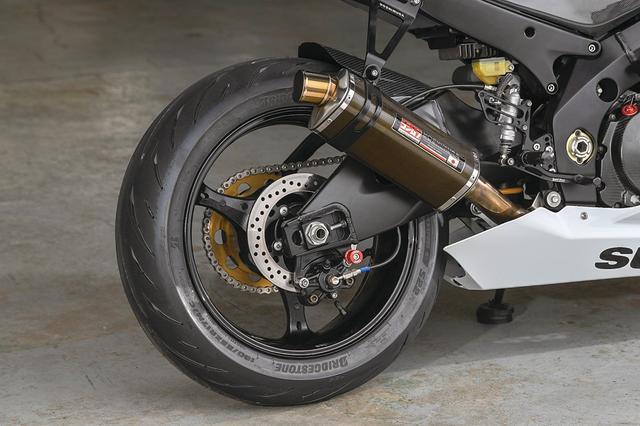 画像: 排気系はヨシムラのスリップオン・カーボンを装着。タイヤはブリヂストンのS22でサイズは120/70ZR17/190/50ZR17を履く。
