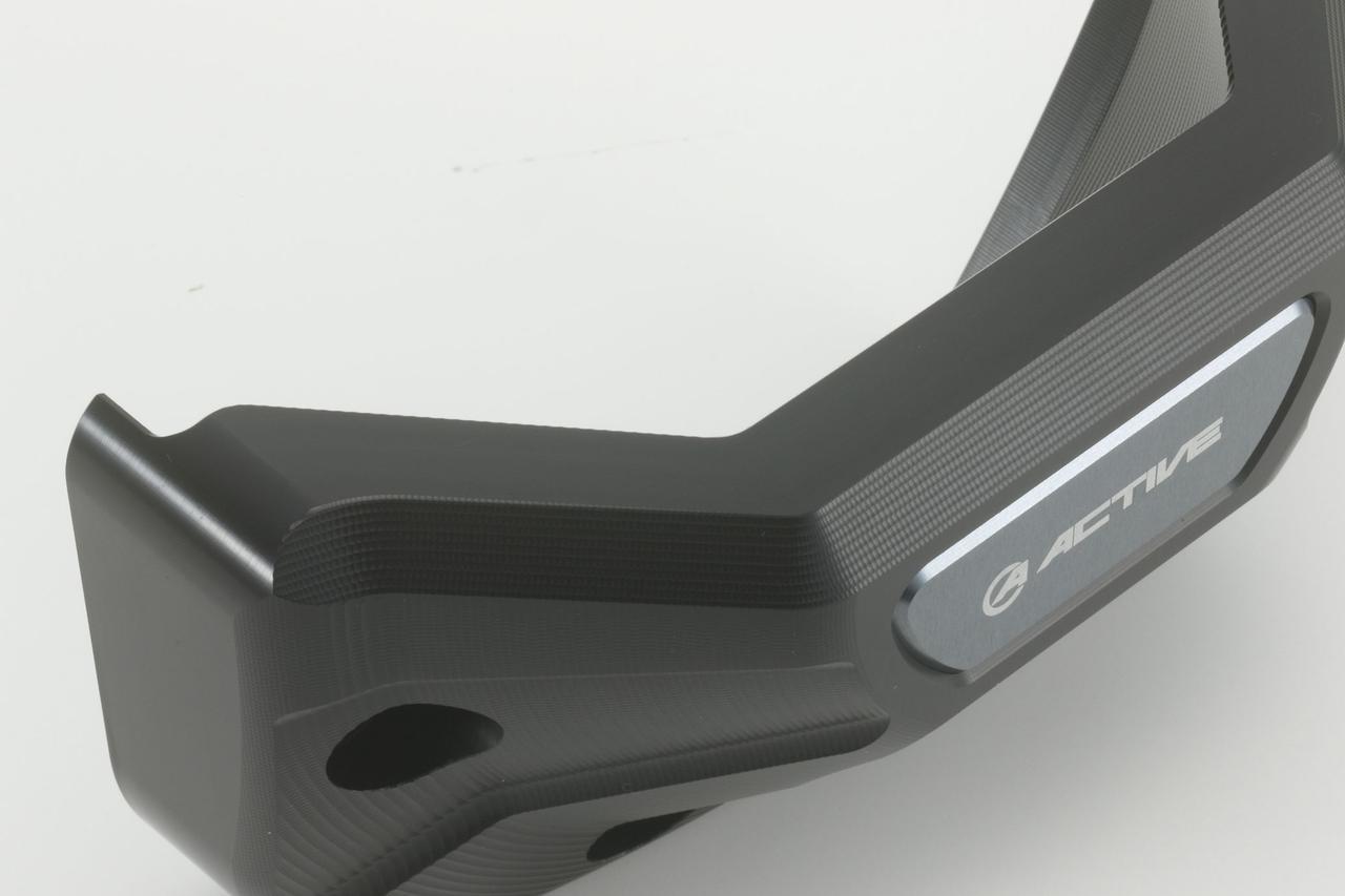 画像: ベースのアルミ材にたっぷりとした厚みを持たせ、不意の強い衝撃からエンジンを守る。