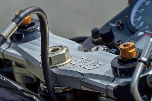 画像: 車両番号(シリアルナンバー)が入る1135Rアイデンティティのトップブリッジはそのまま。フロントマスターシリンダーは、ブレンボラジアル+ZETAレバーの組み合わせ。