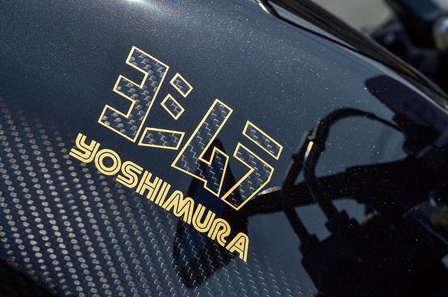 画像: この1135R/002ではトップ側を1135Rの漆黒、ロア側と「ヨシムラ」の追加ロゴ内にカーボン地が出るように、サイドワインダーズが凝ったペイントを施している。