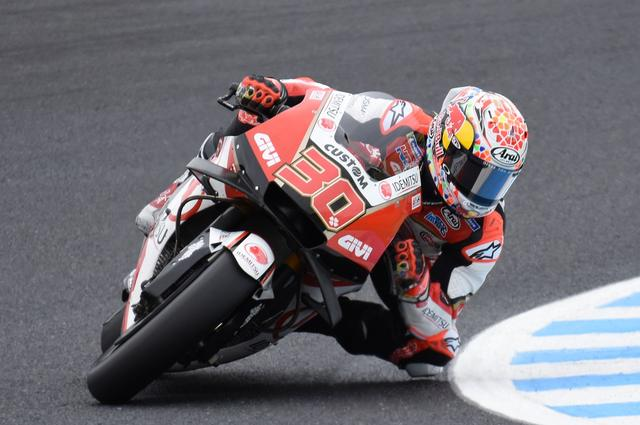 画像: 日本GP用スペシャルヘルメットで走るタカ。将来のことを考えると一刻も早く休ませたいけど、やると決めたらがんばれタカ!