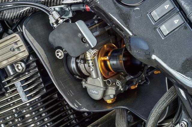 画像: キャブレターは当初装着のTMRφ40mm-MJNを、限定のブラックアブソリュート/デュアルスタックに置換した。フレーム補強やチタンマフラーも、1135Rオリジナルを尊重してそのまま。