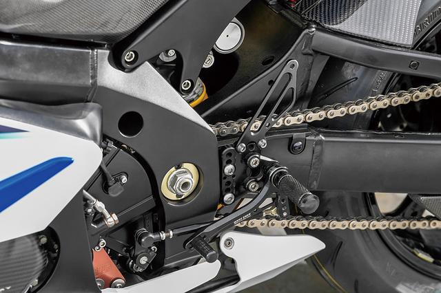 画像: 車両の性格上、オートシフターも備えられている。メイン写真でも分かるようにケース左右にはネクスレイブランドのドライカーボンカバーを装着している。