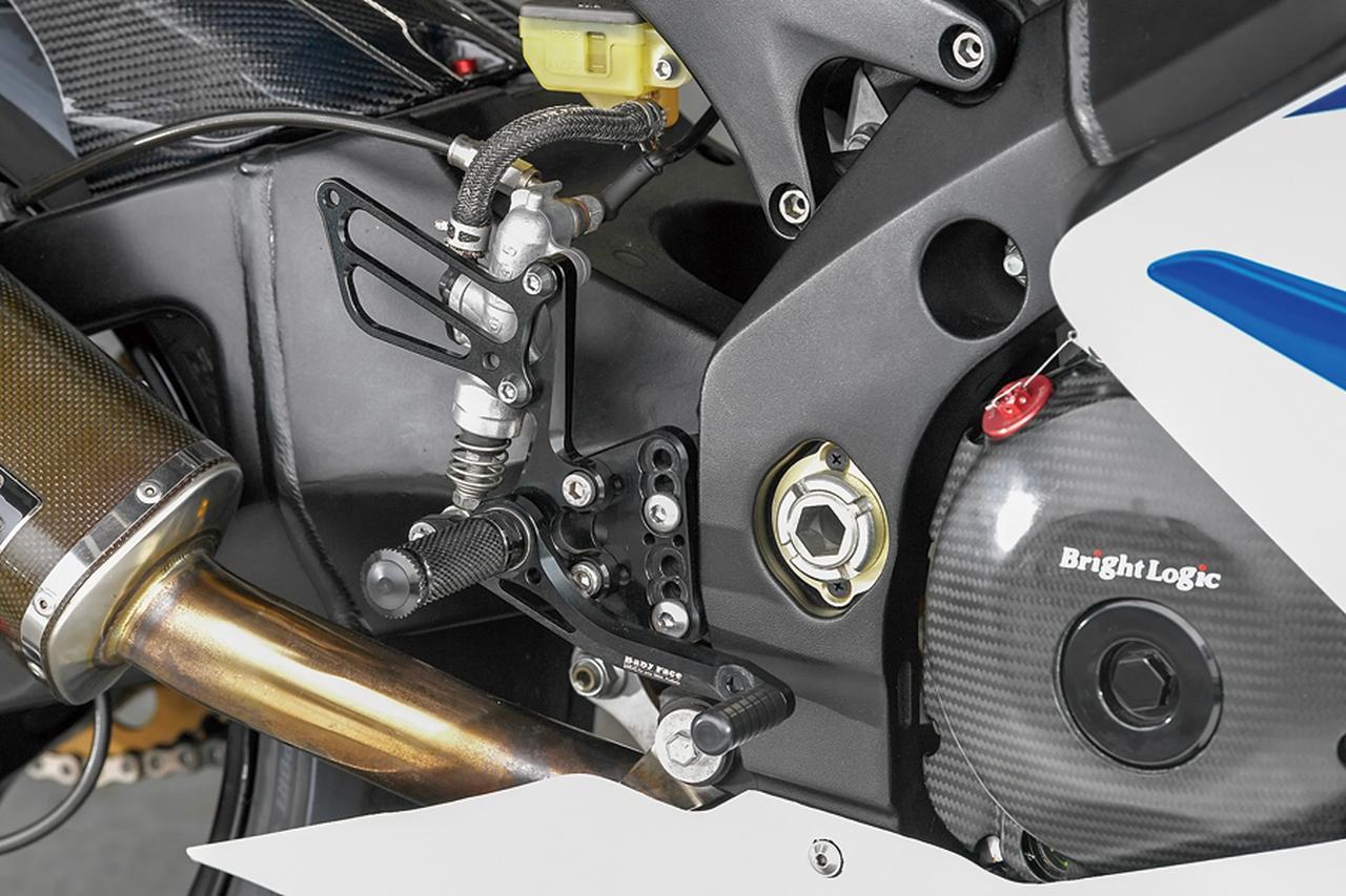 画像: ステップはベビーフェイス製4ポジションで、カラーはブラックをチョイス。フロントブレーキ/クラッチとともに、操作系の変更でタッチやポジションも向上している。