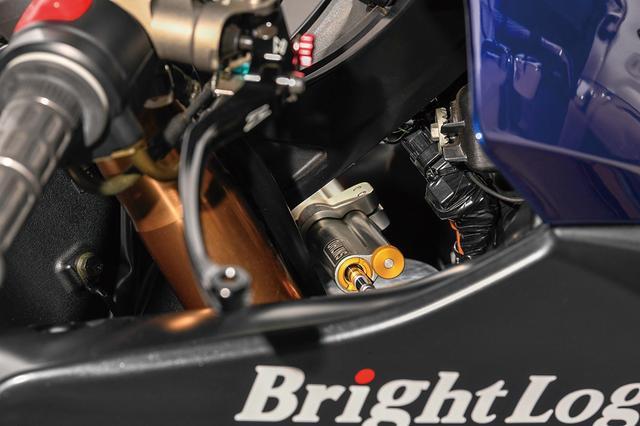 画像: 機能面での変更点はコクピットに集中。Fマスターはニッシンからブレンボラジアルに、オーリンズステアリングダンパーも装備。