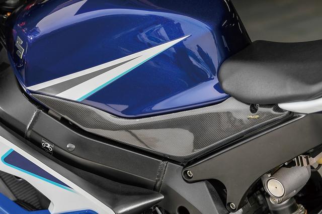 画像: 燃料タンク下側にはカーボンサイドパネルも装備。オーナーが他のカーボン系機能パーツとのルックスのバランスを取ったようだ。