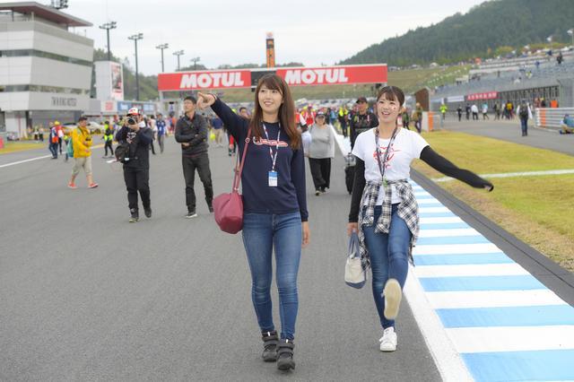 画像: MotoGPクラス決勝後のイベント「コースウォーク」。この時間帯は、自由にコースを歩くことができるんです!