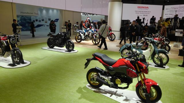 画像: バイクはまたがりOKの展示となっています。