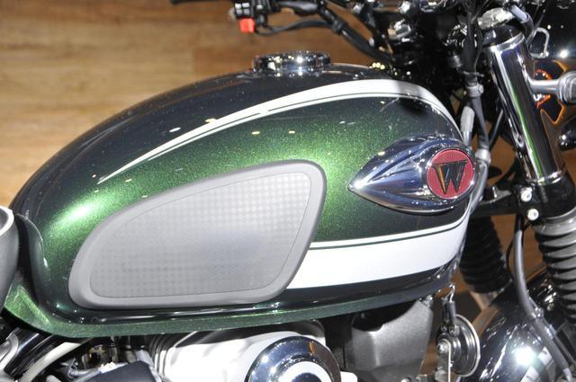 画像: 曲線が美しい燃料タンクにはクロームメッキのエンブレムがデザイン。ニーパッドはWシリーズらしいデザイン。