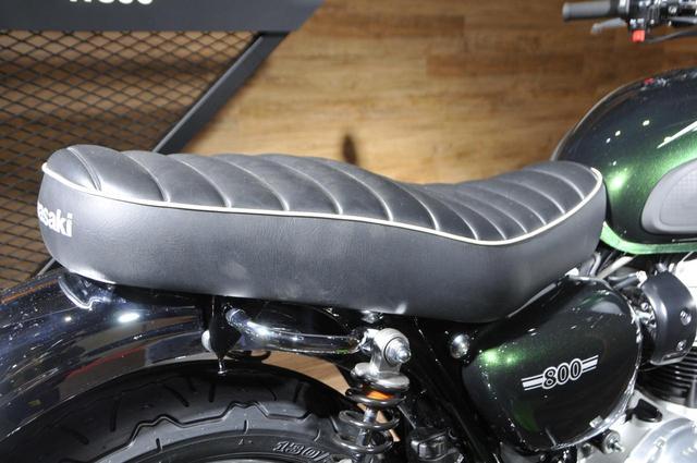 画像: ヴィンテージテイストを演出したシートは、厚みを持たせたタックロールシート。シート前方を絞ることで足着き性を高めています。