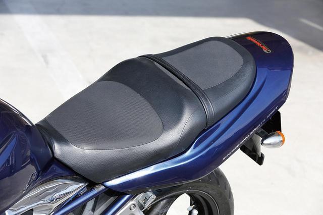 画像: 跳ね上がったテールカウルに備わるシートは、タンデムシートまで一体化されたデザイン。全体にクッションが効いた造りに加え、表皮の処理や、座面の形状の工夫によってホールド性や快適性が充分確保されている。