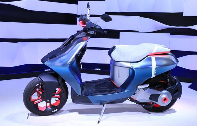 画像: 電動スクーター「E02」。参考出品ですが完成度は高く、E-Vinoに続く原付一種相当のEVモデルとして市販化も期待したい!