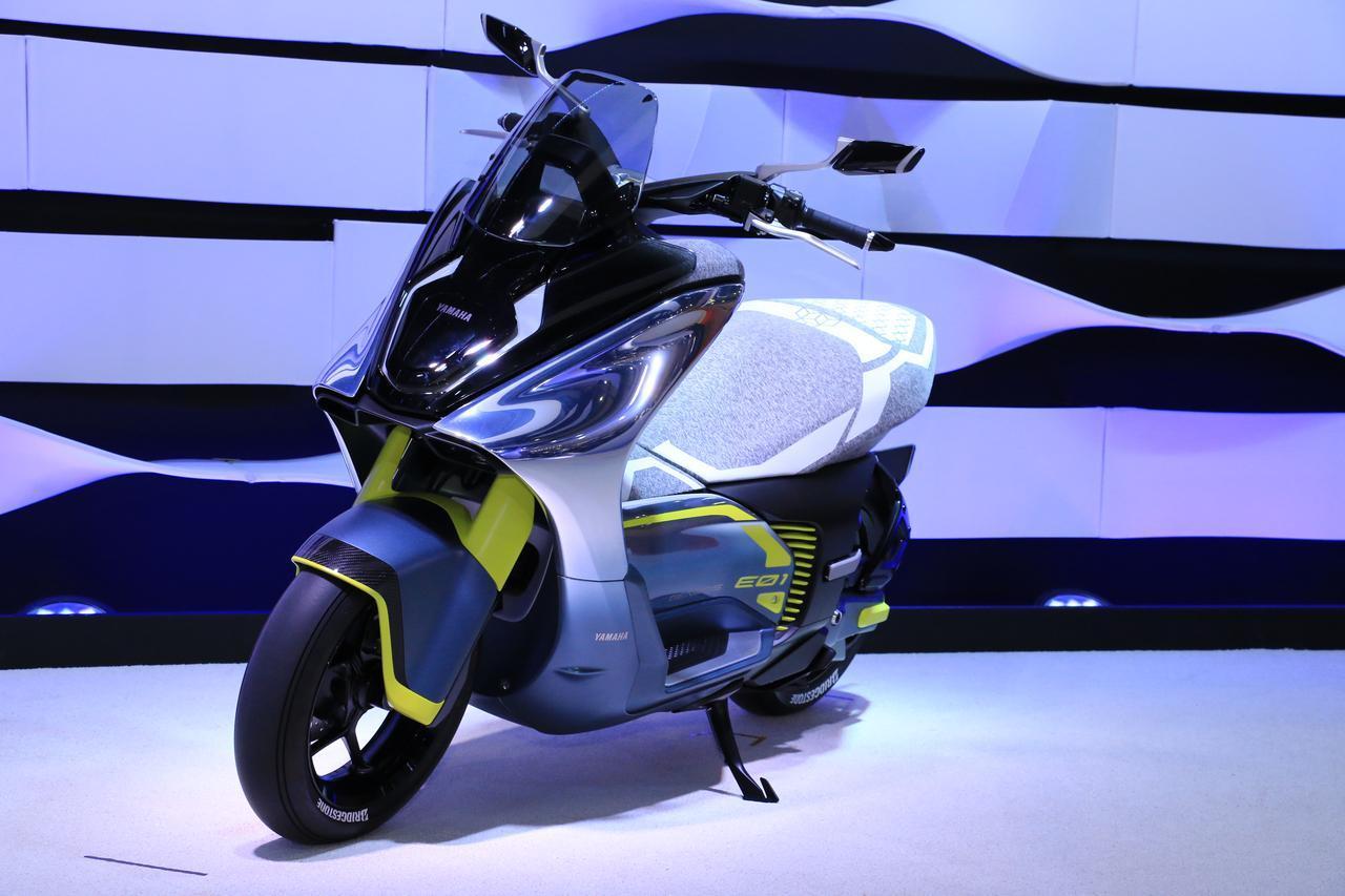 画像: モーターの定格出力が原付二種(125cc)に相当する電動バイクも登場。上の「E02」の兄弟車「E01」。