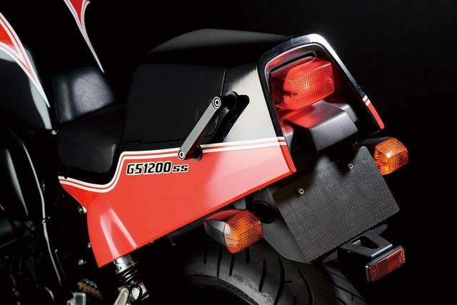 画像: テールカウルが初代GSX-R750とよく似ているが、それは20年の時を隔てて生まれた両車が、どちらも1980年代前半の耐久レーサー・GS1000Rをモチーフにデザインされているため。撮影車両はオプションの「ボックスシートテール」が装着されている。