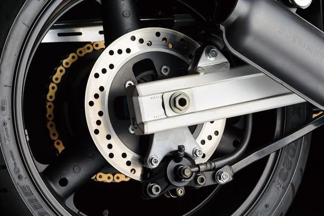 画像: フレームはスチールパイプを組み合わせたダブルクレードルタイプだが、スイングアームを角断面のアルミ製としているのがかつての耐久レーサーらしさを匂わせる。しかしホイールは前後17インチと現代的なサイズだ。